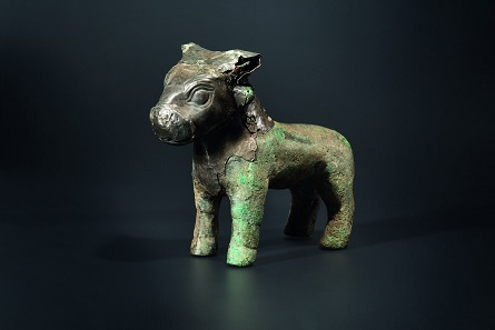 A silver covered bronze bull sculpture, 16th-15th century B.C. Starting price: 20,000 euros.