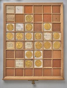 Lade mit böhmischen Goldmünzen der Kaiser Rudolf II. (reg. 1576-1612) und Mathias (reg. 1608/12-1619). © KHM-Museumsverband.