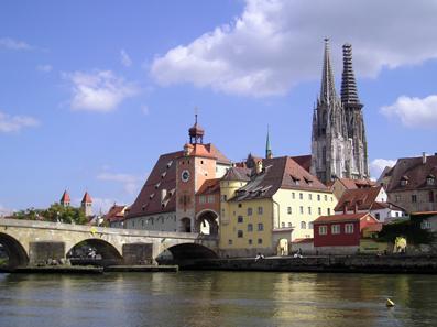 Stadtansicht von Regensburg mit Dom und Steinerner Brücke, dem Wahrzeichen der Stadt. Foto: HH58 / https://creativecommons.org/licenses/by-sa/3.0/deed.en