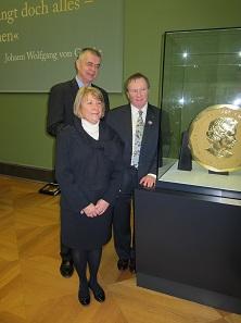 Im Februar 2011 wurde die damals noch größte Goldmünze der Welt im Rahmen der Berliner Ausstellung Goldgiganten präsentiert. Hier sehen wir die Münze zusammen mit Bernd Kluge, damaliger Direktor des Berliner Münzkabinetts, Beverley Lepine, Chief Operating Officer der RCM, und Ian E. Bennett, Präsident und CEO der RCM. Foto: UK.