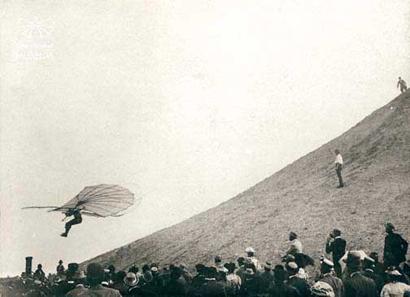 Otto Lilienthal bei einem Flug vom Fliegeberg in Lichterfelde bei Berlin