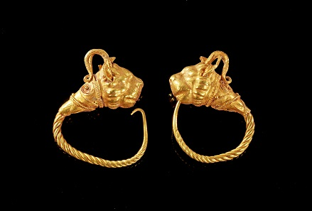 Lot 173: Pair of lion-griffin earrings. Hellenistic, 1st half of 3rd cent. BC. 6.83 g. From V. L. Collection, Rhineland, acquired 1925-1979. Estimate: 2,800 euros.