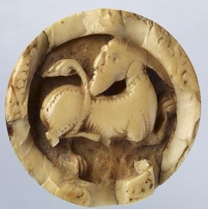 Spielstein mit der Abbildung eines bärtigen Kentauren, um 1250. Gefunden in Sion, um 1850. Elfenbein. Dm. 4,3 cm. Inv. 14811. © Musées d'art d'histoire, Ville de Genève. Foto: Bettina Jacot-Descombes.