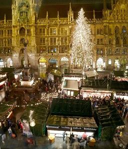 Der Christkindlmarkt am Marienplatz in München.