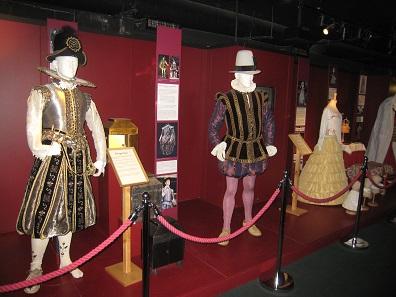 Historische Kostüme im Museum des Globe Theatre / London. Foto: Reni002 / CC3.0.