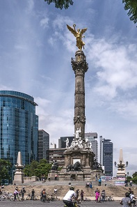 Amongst heavy traffic, one can spot the angel of Mexican liberty. Photo: Thomas Ledl / CC-BY-SA 4.0.