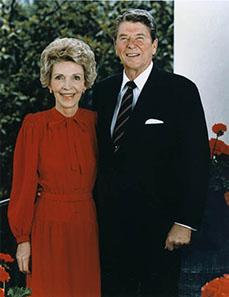 Offizielles Porträt von Ronald und Nancy Reagan aus dem Jahr 1985. Quelle: Wikipedia.
