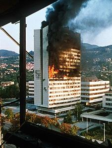 Das Regierungsgebäude in Sarajevo brennt während der Belagerung von 1992. Foto: Mikhail Evstafiev / CC BY-SA 2.5