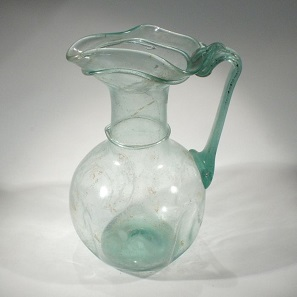 No. 8. Roman glass jug with trefoil lip. Size: 14 cm. Roman, 3rd-4th century A.D Estimate: 2,100-2,800 Euro.