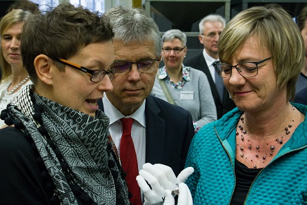 Together with Dr. Peter Huber (center) and Minister of Finance Edith Sitzmann (r.), artist Stefanie Radtke (l.) is pleased with the new coin. Her creation will circulate in Germany with a mintage amounting to 2.3 million specimens. Photo: State Mints of Baden-Württemberg.