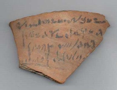 Ostrakon mit einer Empfangsquittung einer Bestattungssteuer. Aus der Zeit von Ptolemaios III., um 245 v. Chr. Foto: © Musée d'art et d'histoire, Genève.