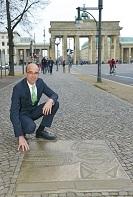 Andreas Schikora, Geschäftsleiter der Münze Berlin, am Bodendenkmal der Reagan-Rede.
