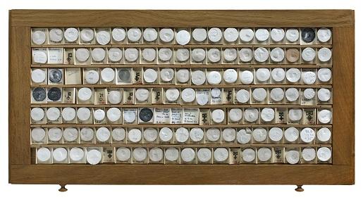 Erforschtes Geld: Gipsabgusssammlung Hans Krusys (Auswahl) [Eiche - H 2,0 cm, B 68,5 cm, T 34,0 cm]. © LWL-Museum für Kunst und Kultur / Westfälisches Landesmuseum, Münster. Foto: Sabine Ahlbrand-Dornseif.