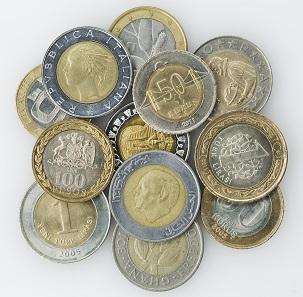 Böses Geld: Europäische und Weltmünzen im Aussehen von 1- und 2-Euro-Stücken, 1982-2011. © LWL-Museum für Kunst und Kultur / Westfälisches Landesmuseum, Münster. Foto: Sabine Ahlbrand-Dornseif.
