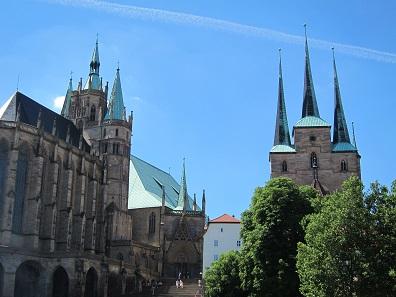 Links der Dom, rechts die Serverikirche, heute wird in beiden Kirchen wieder der Gottesdienst nach katholischem Ritus gefeiert. Foto: KW.