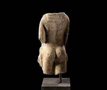 33: Torso eines archaischen Kouros. Griechisch, 7./6. Jh. v. Chr. H. 49,5 cm. Taxe: 20.000 EUR.