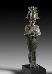 739: Osirisstatuette. Bronze mit Resten von Vergoldung. Spätzeit. H. 25,6 cm. Taxe: 5.000 Euro.