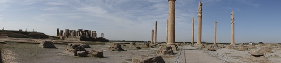 The Apadana which was used for the audiences, further back another palace of Darius. Photo: KW.