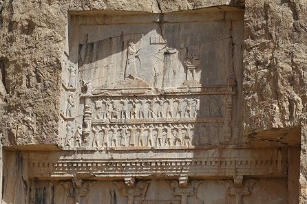 Detail from the tomb of Xerxes. Clearly recognizable: Columns ending in bull protomes and the representatives of the royal subjects supporting his deathbed. Photo: KW.