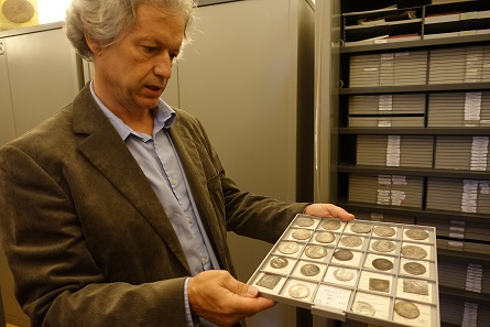 Karl Peitler shows us a drawer with Styrian rarities. Photo: KW.