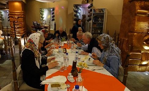 Ein Blick in das internationale Restaurant des Pars Hotels: Man beachte die Osterinselartigen Säulen im Hintergrund und die berühmte Mehlsauce, auf die unser iranischer Führer auch im exotischen Restaurant nicht verzichten wollte. Foto: KW.