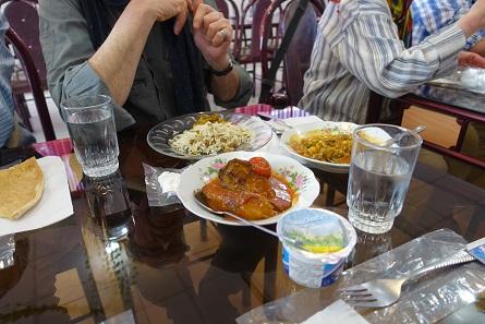 Unvermeidbar, wenn man im Iran isst: Joghurt und Wasser zum Essen. Foto: KW.