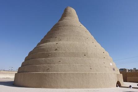 Ein prachtvolles Eishaus in Abarkuh mit seiner charakteristischen, nicht Facebook-tauglichen Form. Foto: KW.