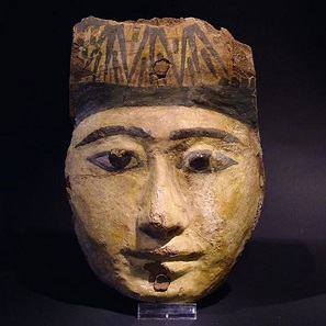No. 25. Ancient Egyptian wood Sarcophagus mask. Height: 20.5 cm. Egypt - Late New Kingdom / 3rd Intermediate Period. Estimate: 2,000-3,000 euros.