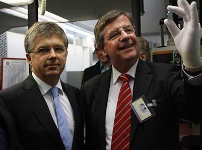 Der Finanzminister ist begeistert von der Qualität der Münze. Links neben ihm Direktor der Staatlichen Münzen Baden-Württemberg, Dr. Peter Huber. Foto: Nico Leithoff, Staatliche Münzen Baden-Württemberg.