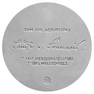 Mit einer 11 cm großen Porzellanmedaille von Olaf Stoy feiert Herzberg den 200. Geburtstag der Schriftstellerin Louise von François.