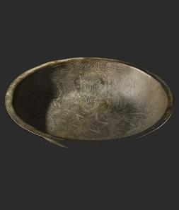 A German Romanic bronze dish, 12th century. Estimate: 12,000 EUR.