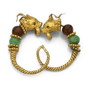 No. 15. Pair of gold, emerald and garnet earrings with lion heads. Greece. Hellenistic period, 3rd century BC. Estimate: 1,100-1,500 euros.