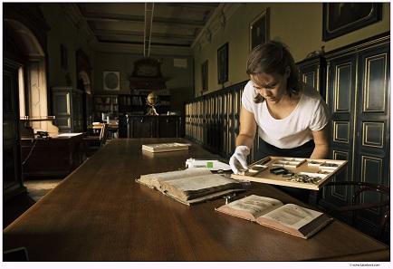 Die Kuratorin der Ausstellung, Anna Fabiankowitsch, bei der Vorbereitung. Copyright Foto: Lukas Beck.