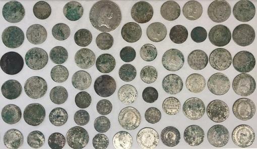 Eine Auswahl der gefunden Münzen, deren Prägezeitraum zwischen den Jahren 1626 und 1819 liegt. © Landesamt für Archäologie Sachsen.