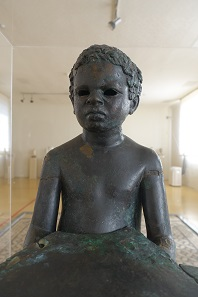 One of the exhibition highlights: A lamp base in the shape of a little slave with Negroid features from the 2nd century AD. Found in the harbour area of Tarragona. Photo: KW.