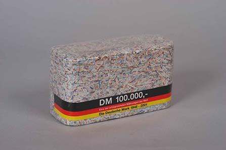 Schreddergeld - Die D-Mark-Banknoten verloren mit der Einführung des Euro im Jahr 2002 ihren Wert und wurden als Souvenir verkauft. © Museumsstiftung Post und Telekommunikation.