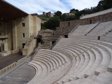 Right in the old town: the Roman theatre. Photo: KW.