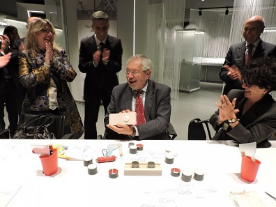 It was clear to see that the Undersecretary of Economy and Finances, Paolo Baretta enjoyed the workplace equipment when he kneaded a model for a medal at the new museum of the Mint. Photo: Roberto Ganganelli.
