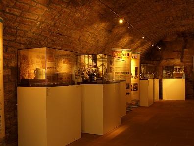 Neben den Biermarken ergänzen Bierkrüge und -flaschen die Ausstellung. Foto: Museen der Stadt Miltenberg.