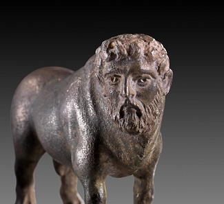 Nr. 154: Flussgott Acheloos. Griechisch, 4. Jh. v. Chr. Massives Silber. H. 4,7 cm, L. 7 cm. Aus Sammlung Shlomo Moussaieff, seit 1948, Israel. Schätzung: 40.000,- Euro.
