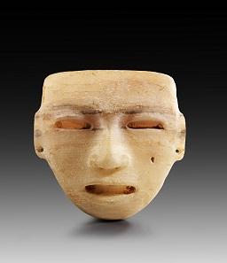 Nr. 591: Steinmaske. Teotihuacan, 100-650 n. Chr. H. 20 cm. B. 18,5 cm. Alabaster. Aus Sammlung Prof. Dr. Günther Marschall, Hamburg. Erworben 1967-1975. Schätzung: 3.000,- Euro.