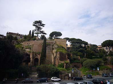 Der Tarpeijische Felsen in Rom. Foto: Lalupa / Wikipedia.