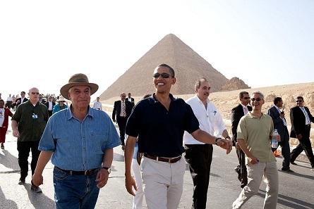 In illustrer Gesellschaft: Zahi Hawass, hier links mit Hut, bei einer Führung des damaligen US-Präsidenten Barack Obama 2009. Foto: Peter Souza / Wikipedia.