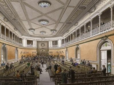 Bevor das Orchester sein heutiges Konzerthaus erhielt, hatte es verschiedene andere Räumlichkeiten bespielt. Benannt ist das Ensemble noch immer nach seinem ersten Konzertsaal im Alten Gewandhaus. Hier zu sehen in einer späteren, bereits ausgebauten Form um 1895 in einem Aquarell von Gottlob Theuerkauf.