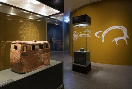 Modell eines neolithischen Hauses, Keramik, 6200-5300 v. Chr. Ausstellungsansicht. Foto: David Ertl, 2017. © Kunst- und Ausstellungshalle der Bundesrepublik Deutschland GmbH.