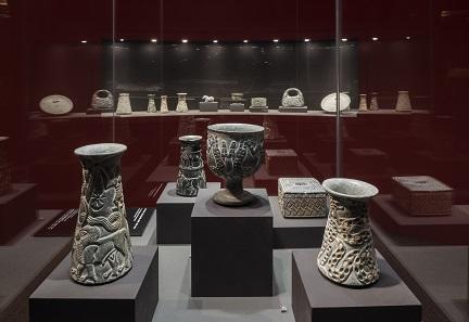 Dschiroft, Chloritgefäße, 2800-2300 v. Chr. Ausstellungsansicht. Foto: David Ertl, 2017. © Kunst- und Ausstellungshalle der Bundesrepublik Deutschland GmbH.