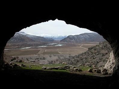 Blick aus der Haji-Bahram-Höhle über das Tal von Bolaghi, März 2005. Provinz Fars, Südiran. © Barbara Helwing.