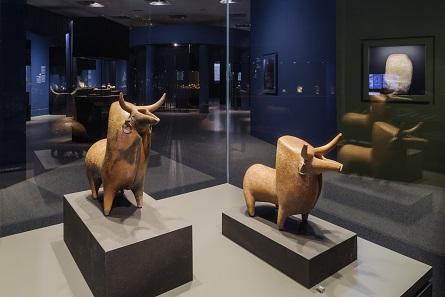 Marlik, Zoomorphe Rhyta, Keramik und Gold, 1200-800 v. Chr. Ausstellungsansicht. Foto: David Ertl, 2017. © Kunst- und Ausstellungshalle der Bundesrepublik Deutschland GmbH.