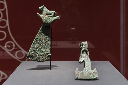 Dschiroft, Objekte aus Kupfer, Äxte, 2800-2300 v. Chr. Ausstellungsansicht. Foto: David Ertl, 2017. © Kunst- und Ausstellungshalle der Bundesrepublik Deutschland GmbH.