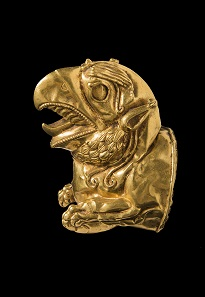 "Greifenprotom ""Ziwiye"". 1. Jt. v. Chr. Gold. 8,7 x 6,7 x 4,5 cm. Teheran, National Museum of Iran. © The National Museum of Iran / Kunst- und Ausstellungshalle der Bundesrepublik Deutschland GmbH. Foto: Neda Hossein Tehrani, Nima Mohammadi Fakhoorzadeh."